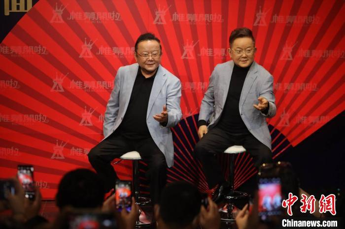 """Una figura di cera del """"veterano"""" attore Wang Gang appare nella torre di Canton"""