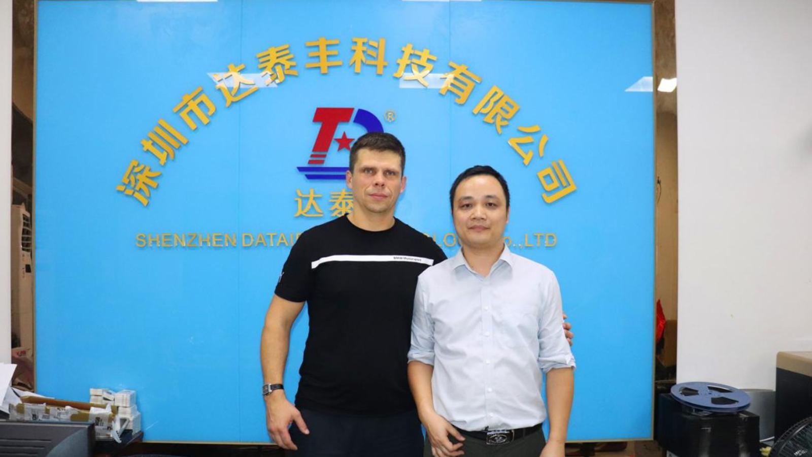 Clientes extranjeros visitan la fábrica.