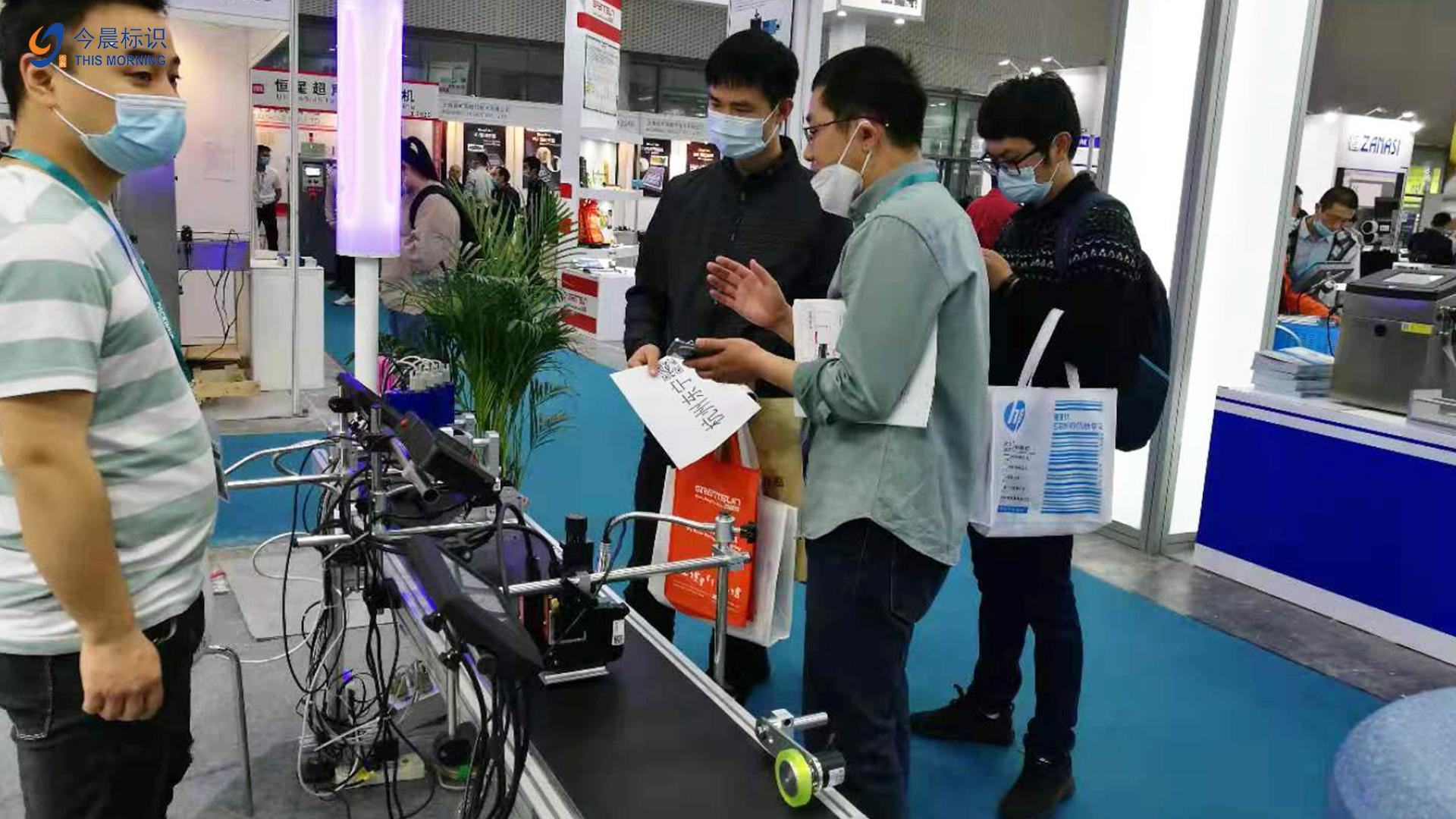 طابعة مخصصة متعددة الرأس على الانترنت لقناع شعار الطباعة مصنعين من الصين